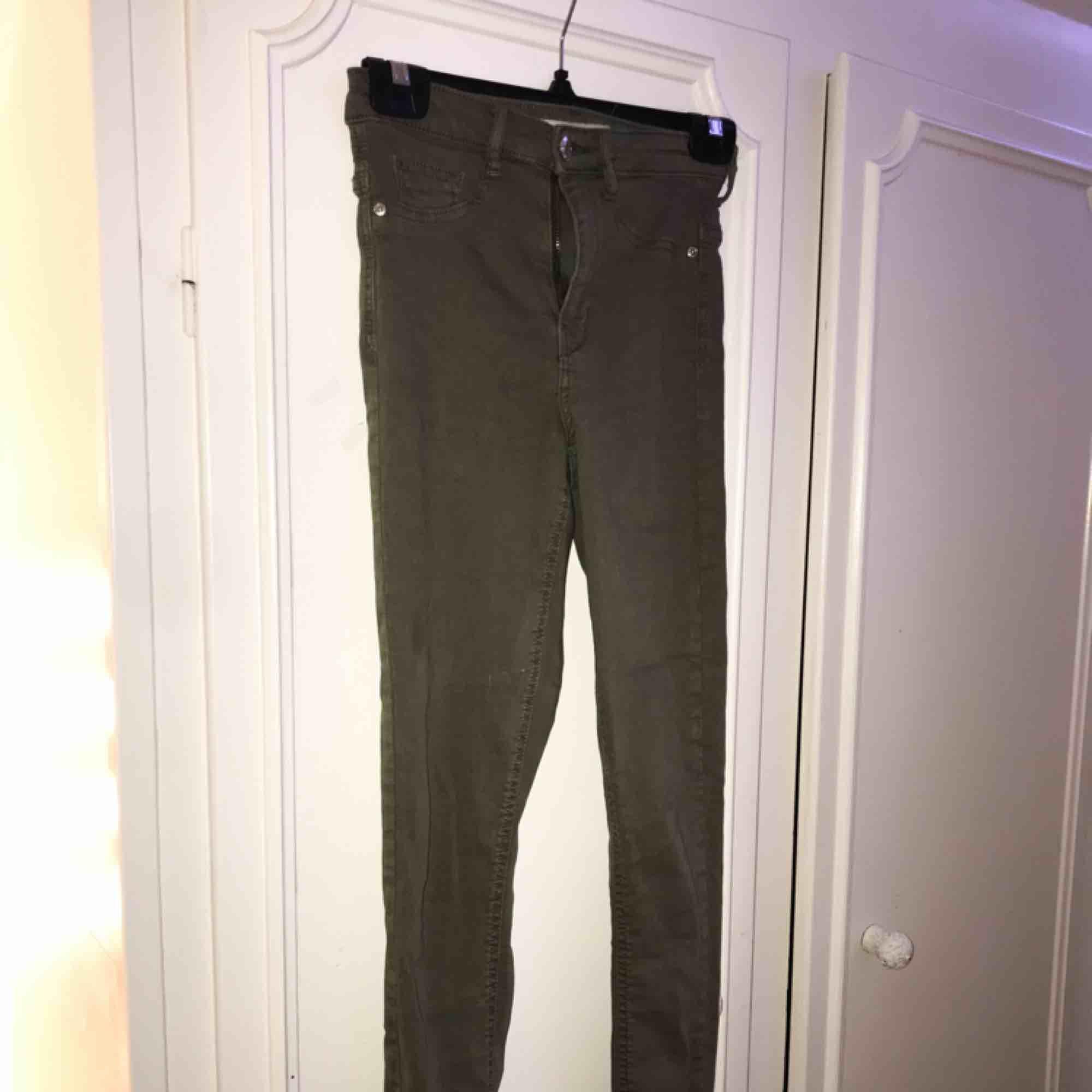 """Gröna jeans från Gina Tricot i modellen """"MOLLY"""". Använda 1 gång så de är som nya!💫 Nypris: 299:-. Jeans & Byxor."""