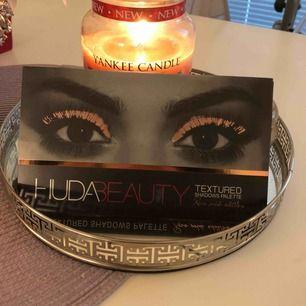 Oanvänd huda beauty ögonskugga