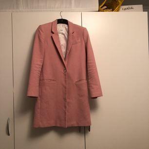 Ljusrosa kappa från Mango. Använd enstaka gånger. Storlek S.