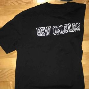 Svart T-shirt med tryck aldrig använd skriv för fler bilder