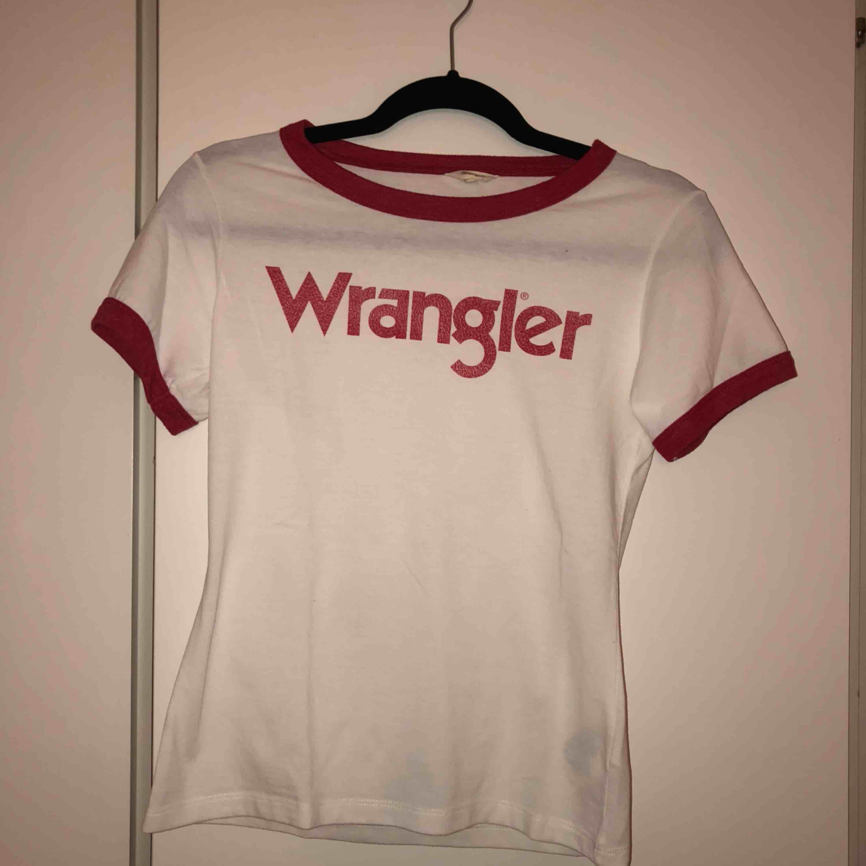 Endast använd fåtal gånger. Köparen står för frakt. T-shirts.