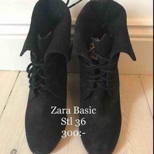 Skor från Zara. Skorna är i svart mocka och har kilklack. Smala i foten. Snörning som kan knytas både fram och bak. Helt oanvända.