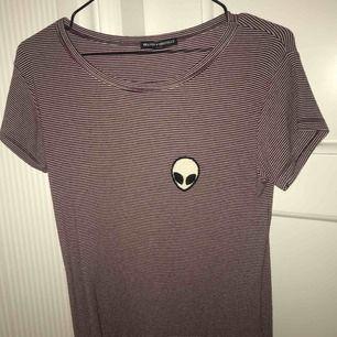 Röd och vit randig t-shirt från Brandy Melville.  Bra skick. Nypris 300kr.
