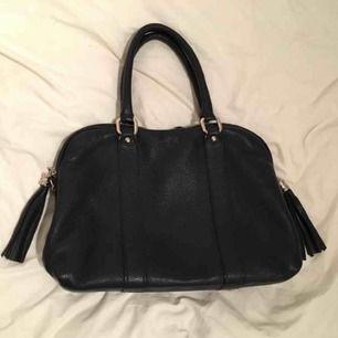 Mörkblå väska med avtagbar axelrem 100kr  Kan mötas upp i lerum eller göteborg. Köparen står för eventuell frakt.