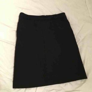 Svart kjol från filippa k st S 80kr   Har framfickor och bältesremmar! Kan mötas upp i lerum eller göteborg. Köparen står för eventuell frakt.