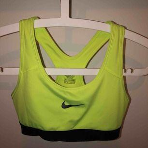 Gul sporttopp från Nike. Aldrig använd då den vad för liten när jag fick hem den, alltså i nyskick!     Tar inte emot retur, köpt är köpt