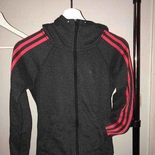 En adidas sporttröja i strl xxs men mer som XS. Möts upp eller fraktar då ingår frakten i priset!