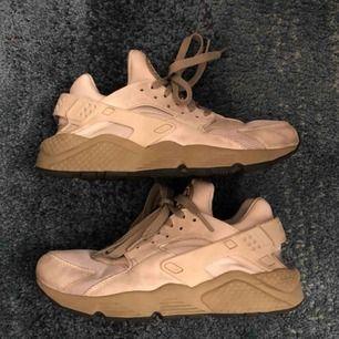 Nike Huarache supersköna skor! Men dem kommer inte till användning. Köptes i Juni på Aplace. Små i storleken, jag har 41 annars.