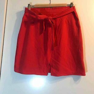 Röd omlottkjol med midjeband från New Yorker. Prislappen är kvar. +frakt eller hämtas i Sandviken/Gävle