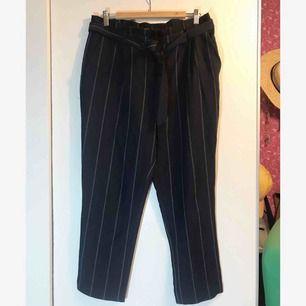 Blårandiga byxor med knytning från Cubus. Knappt använda. +frakt eller hämtas i Sandviken/Gävle