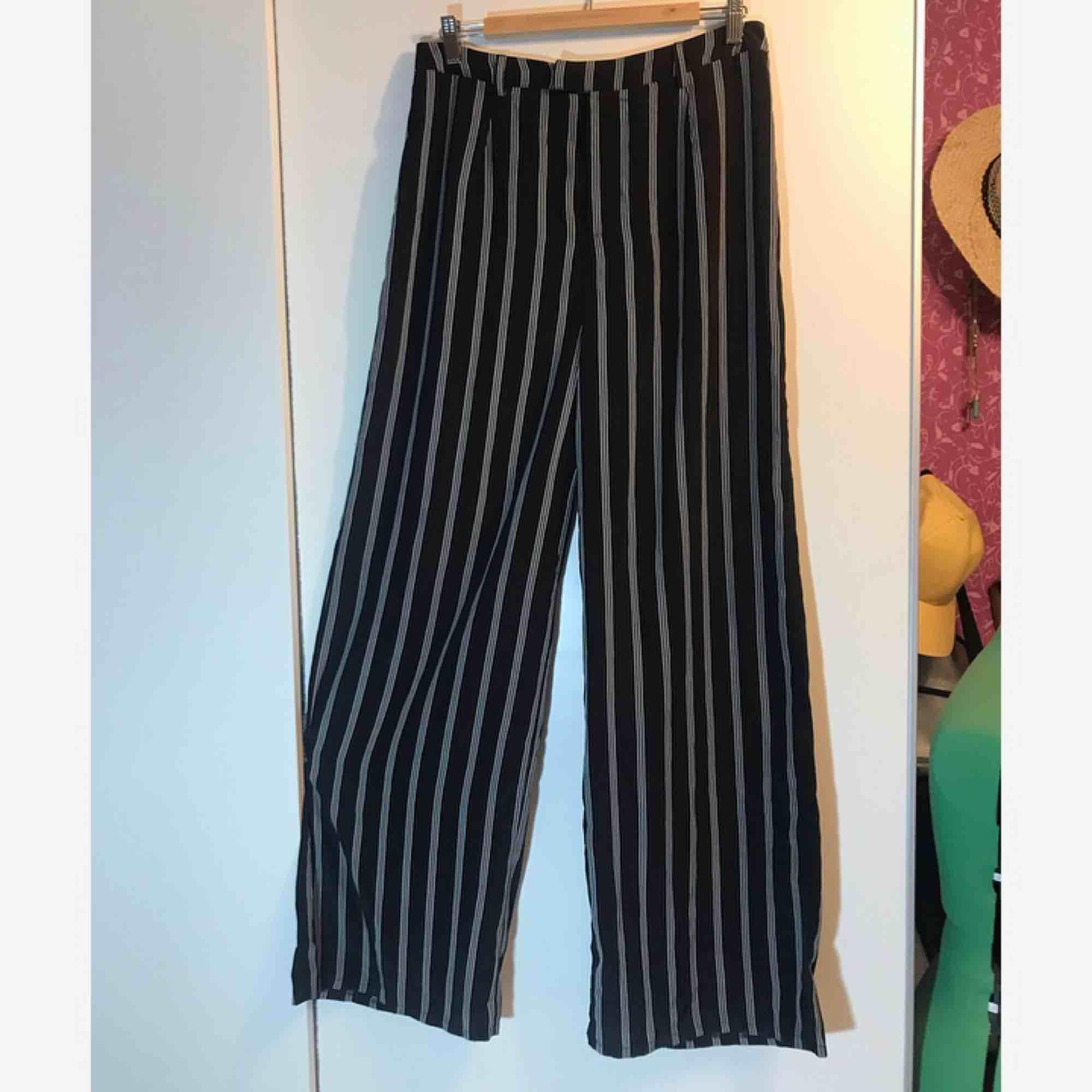 Randiga högmidjade vida byxor från Missguided. Prislappen är kvar. +frakt eller hämtas i Sandviken/Gävle. Jeans & Byxor.