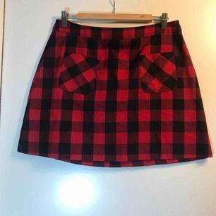 Rödrutig kjol från H&M. +frakt eller hämtas i Sandviken/Gävle.