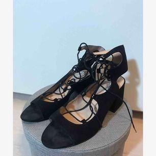 Låga skor med knytning från Pull and Bear i storlek 39. Använda en gång. +frakt eller hämtas i Sandviken/Gävle.