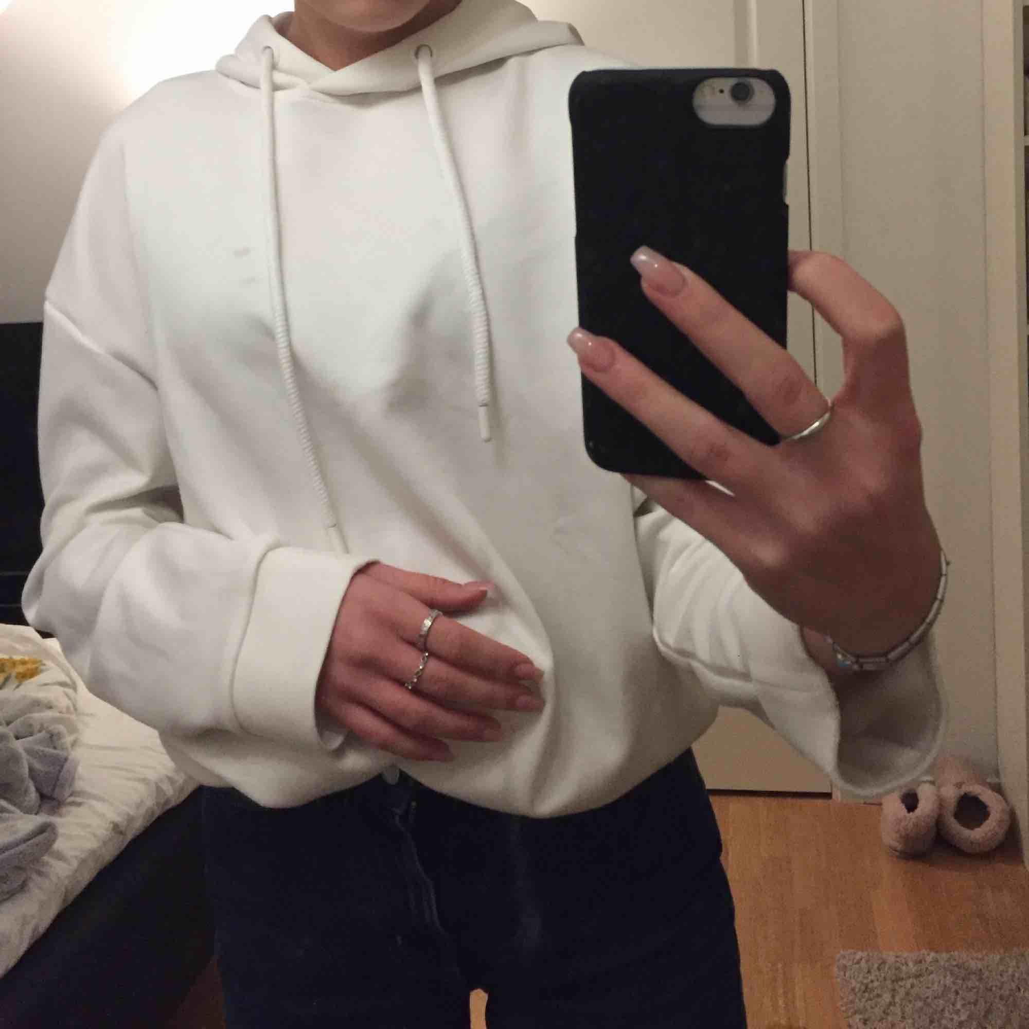 Vit hoodie köpt på zalando!. Huvtröjor & Träningströjor.