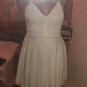 Fin vit klänning i storlek M, säljer för 150 kr