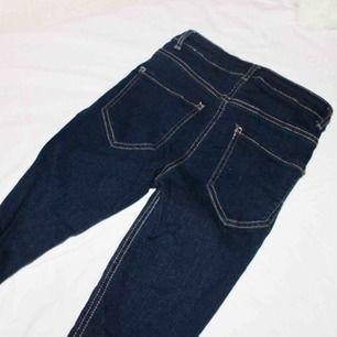Helt nya CALZEDONIA jeans som liknar GinaTricots Molly jeans! Nypris: 399kr!  Säljer billigt då de är lite små för mig, kan passa upp till en mindre S (26/30). De är midjehöga