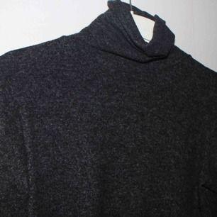 Supersnygg tröja som fått många komplimanger. Påminner om NAKDs snygga stickade i polo. Skön i material och normal i storlek