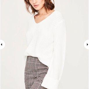 Säljer tröjan på bilden i både svart och vit, båda tröjorna är i storlek XS. Tröjorna är knappt använda så de är i väldigt fint skick!