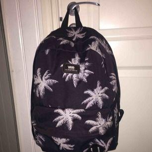 Säljer min vans-ryggsäck som är svart med palmer på. Har använt den nu ett tag så den är lite sliten men fungerar ändå utmärkt. Nypris 300 kr. Köparen står för frakt