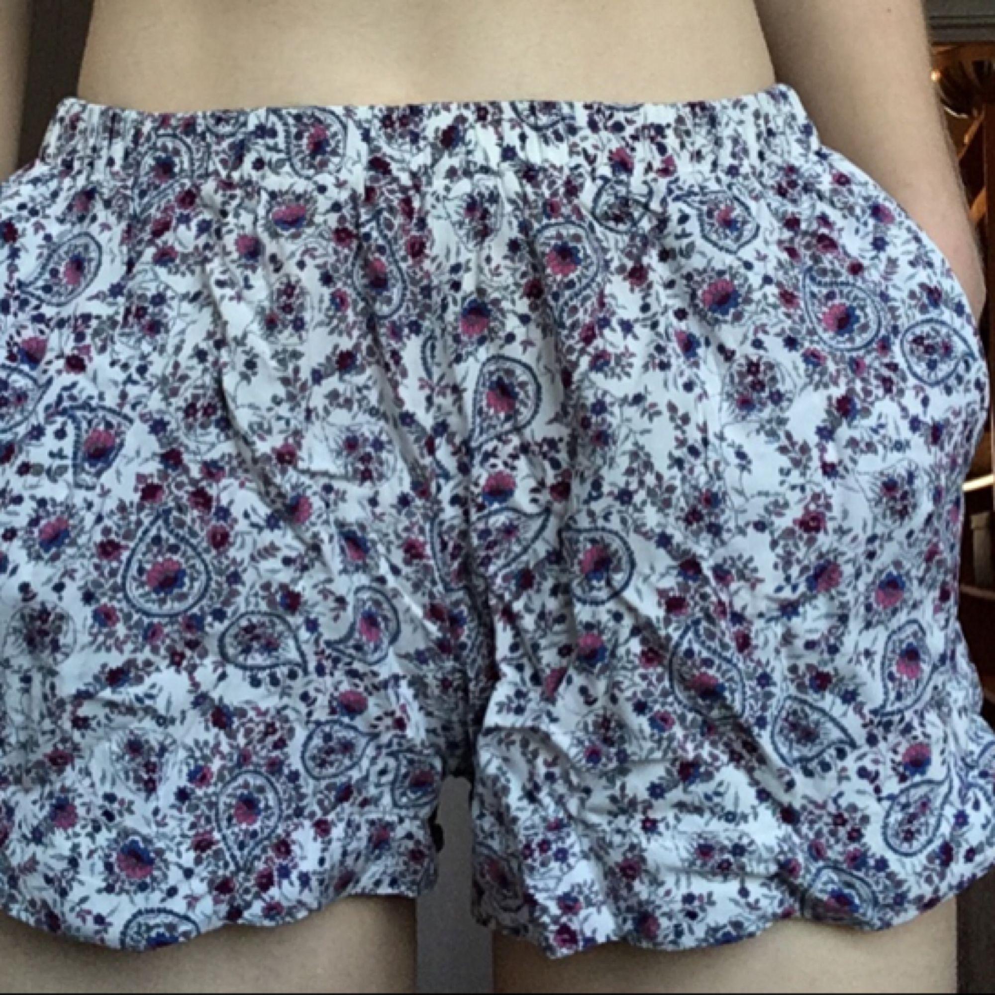 Shorts från Brandy Melville, relativt använda, köpt för ca 250 kr. Köparen står för kostnad av frakt.. Shorts.