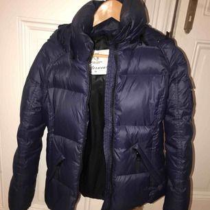 Marinblå vinterjacka(dun) från chiara forthi. Köpt för ca 2månader sedan. Nypris:1.500kr. Nyskick!