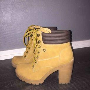 Säljer mina skor. Storlek 37, klacken är ca 6 cm. Aldrig använda  Köparen står för frakten.