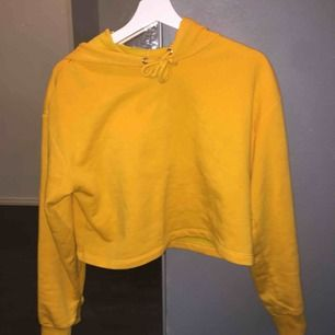 Säljer en orange/gula  hoodie från hm. Använd ca 4 gånger, fint skick ny tvättad.  Köparen betalar frakt.