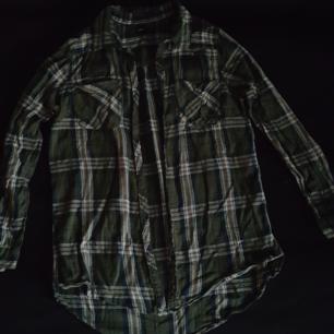 Grön flanellskjorta i storlek 36. Lite skrynklig men annars i fint skick. Kan skickas om köparen står för frakten.