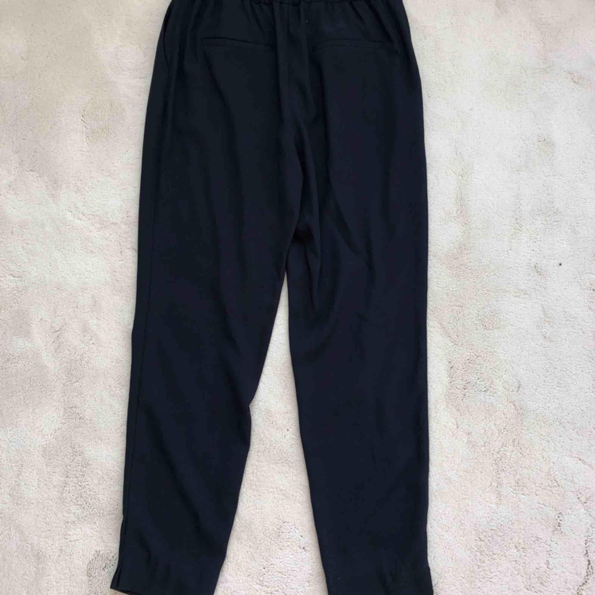 Mörkblåa kostymbyxor från Zara. Använda ett fåtal gånger.. Jeans & Byxor.
