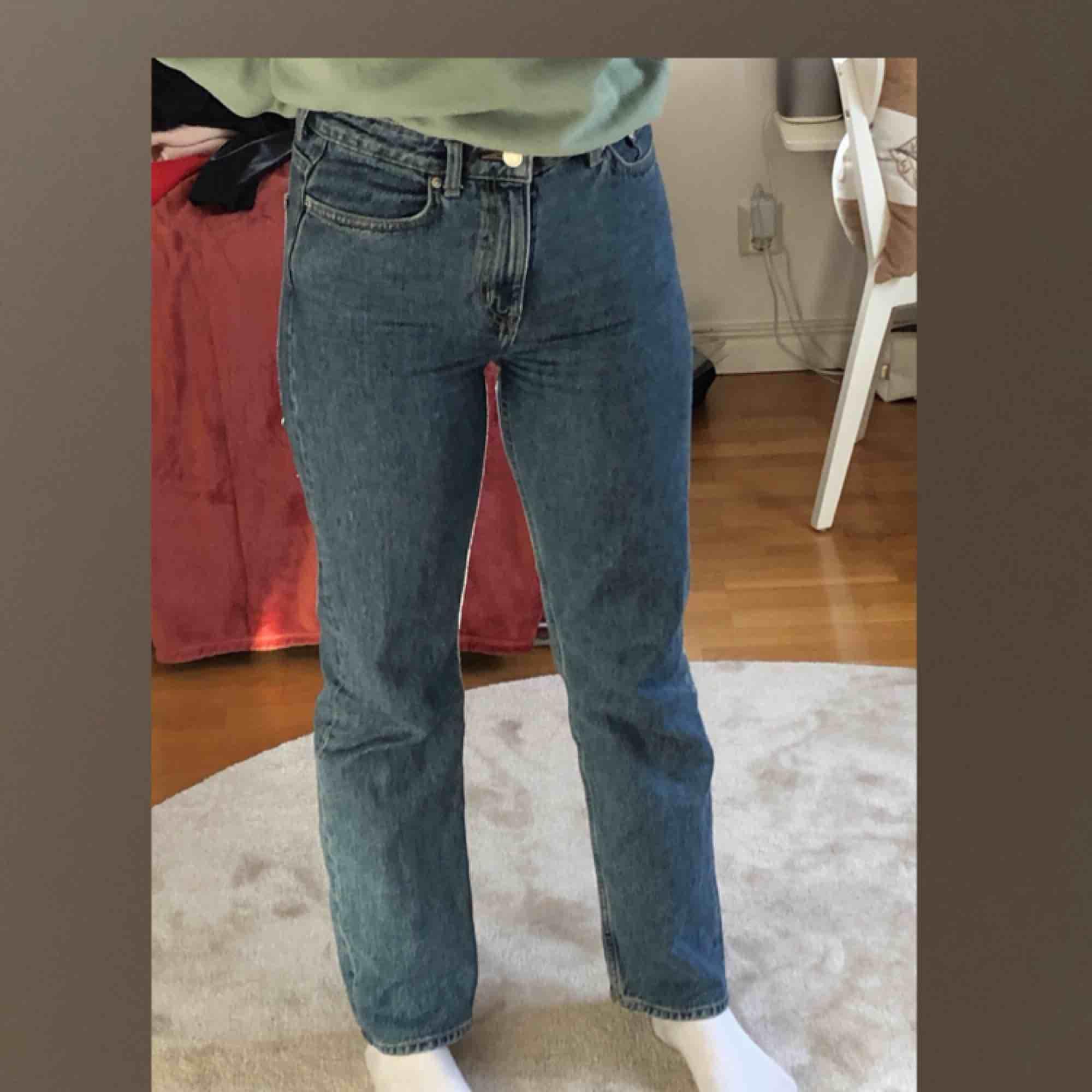 Blåa högmidjade jeans från Weekday i modellen Voyage. Fint skick.. Jeans & Byxor.