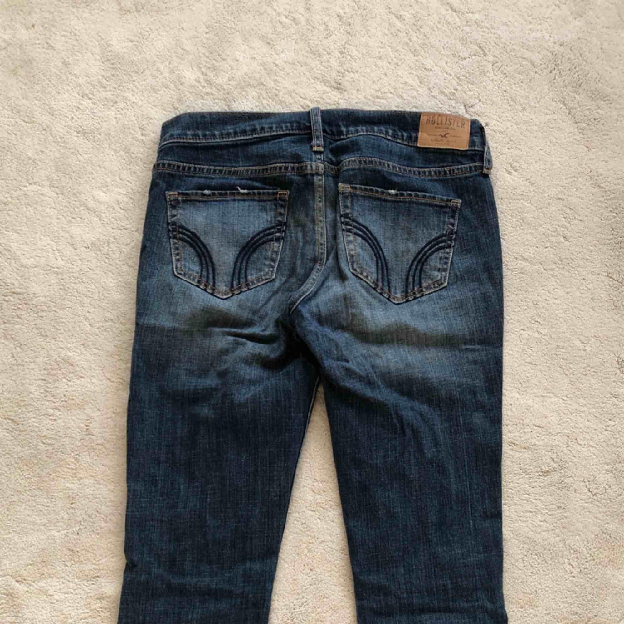 Mörkblåa jeans med hål från Hollister.. Jeans & Byxor.