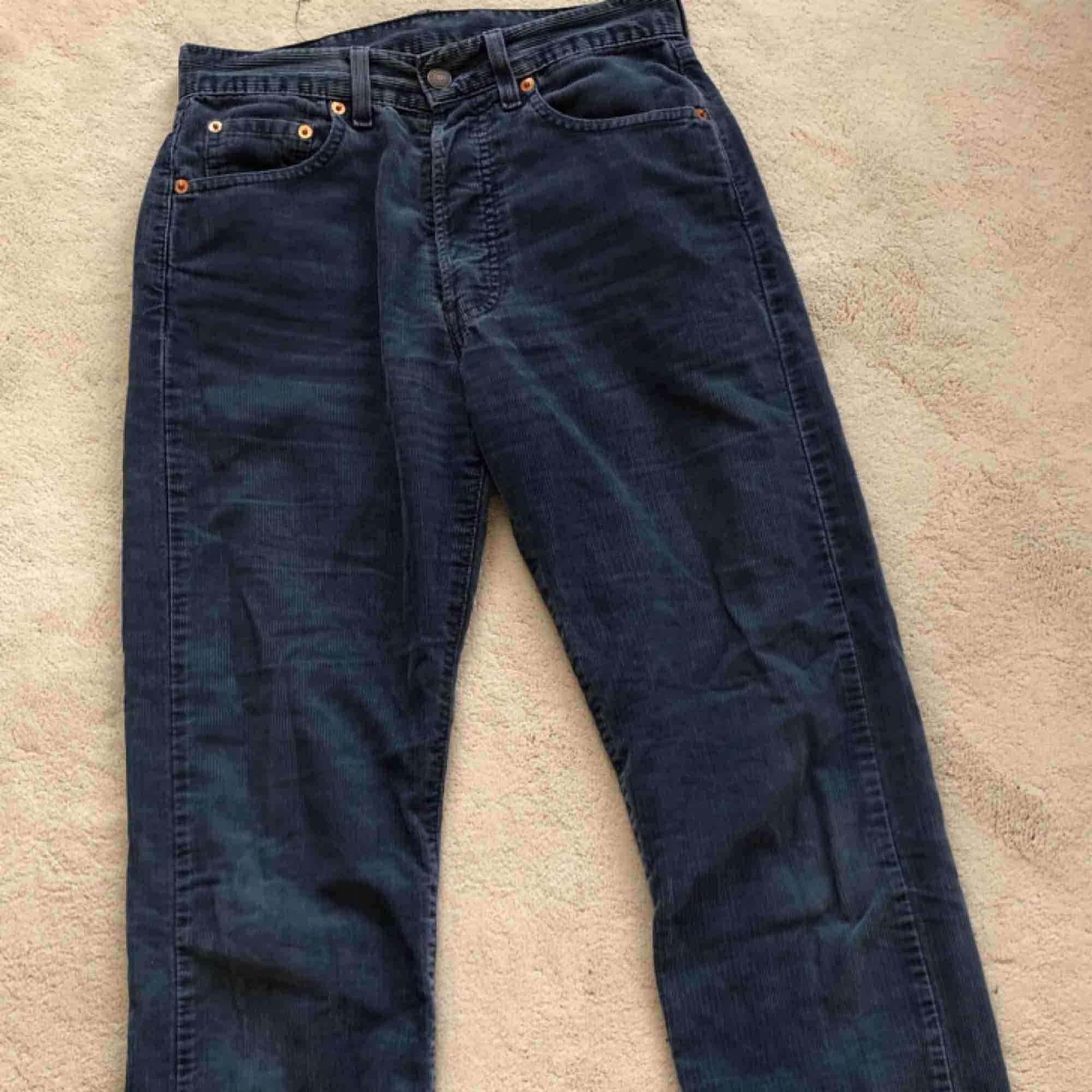 Ljusblåa manchesterbyxor från Levis. Storleken är 29 men är som ett par 26/25.. Jeans & Byxor.