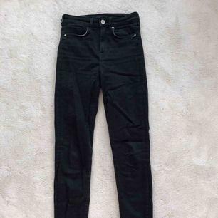 Ett par tajta svarta jeans i stretch.