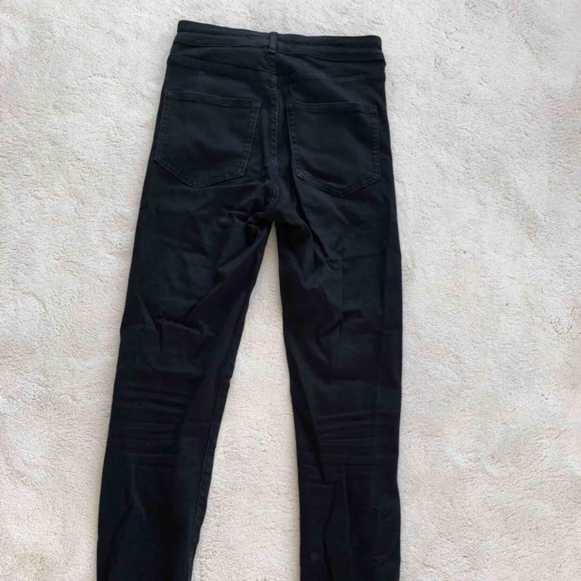 Ett par tajta svarta jeans i stretch.. Jeans & Byxor.