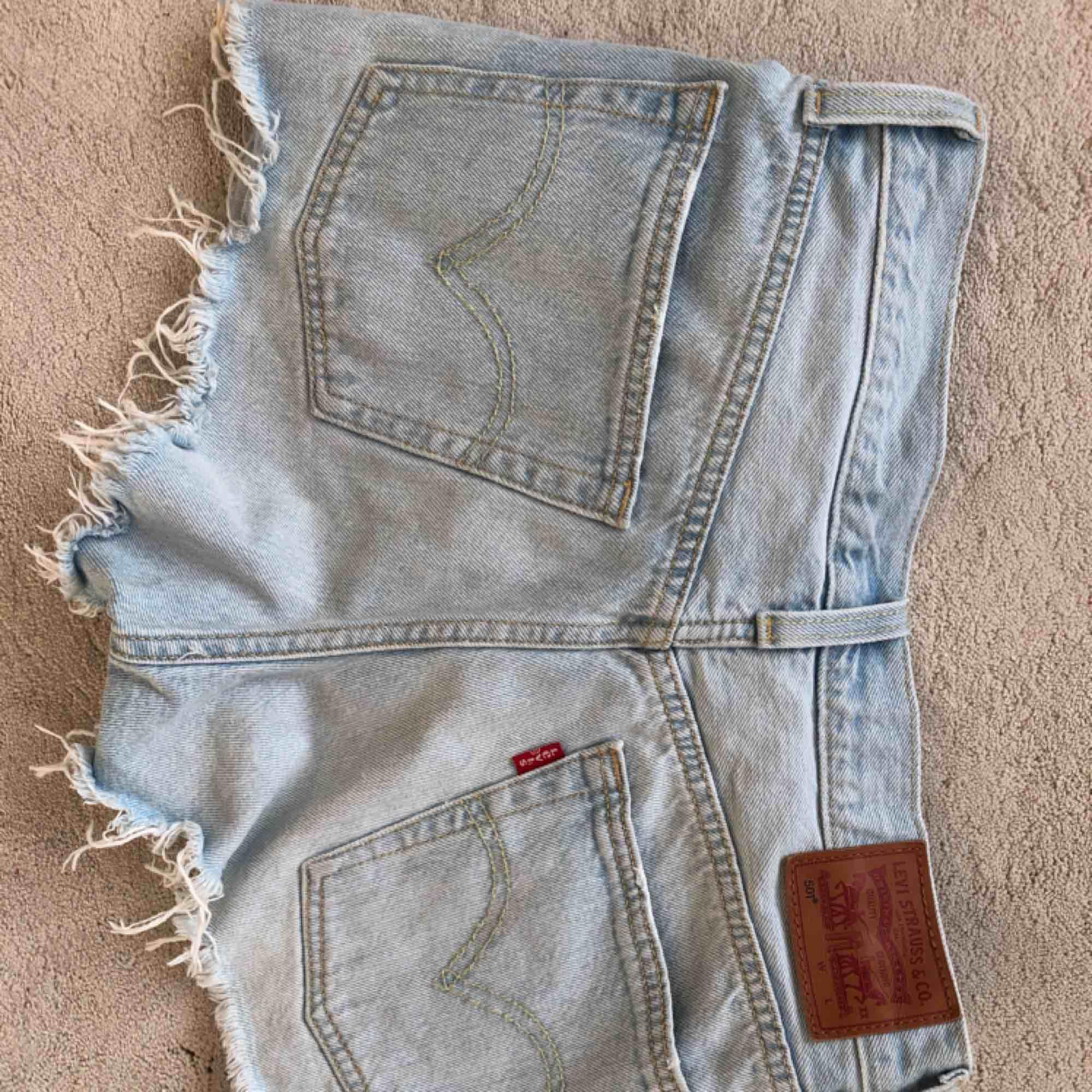 Väldigt ljusblåa jeansshorts från Levis i modellen 501. Använda ett fåtal gånger.. Shorts.