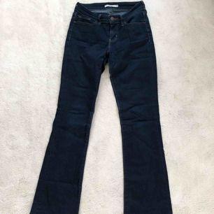 Mörkblåa Bootcut jeans från Levis i modellen 715.