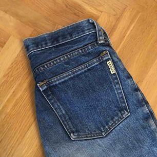 Snygga jeans! Begagnade men fint skick. Står storlek 29 men skulle nog säga att de är storlek 27. Passar isllafall en storlek small. Katt finns i hemmet!