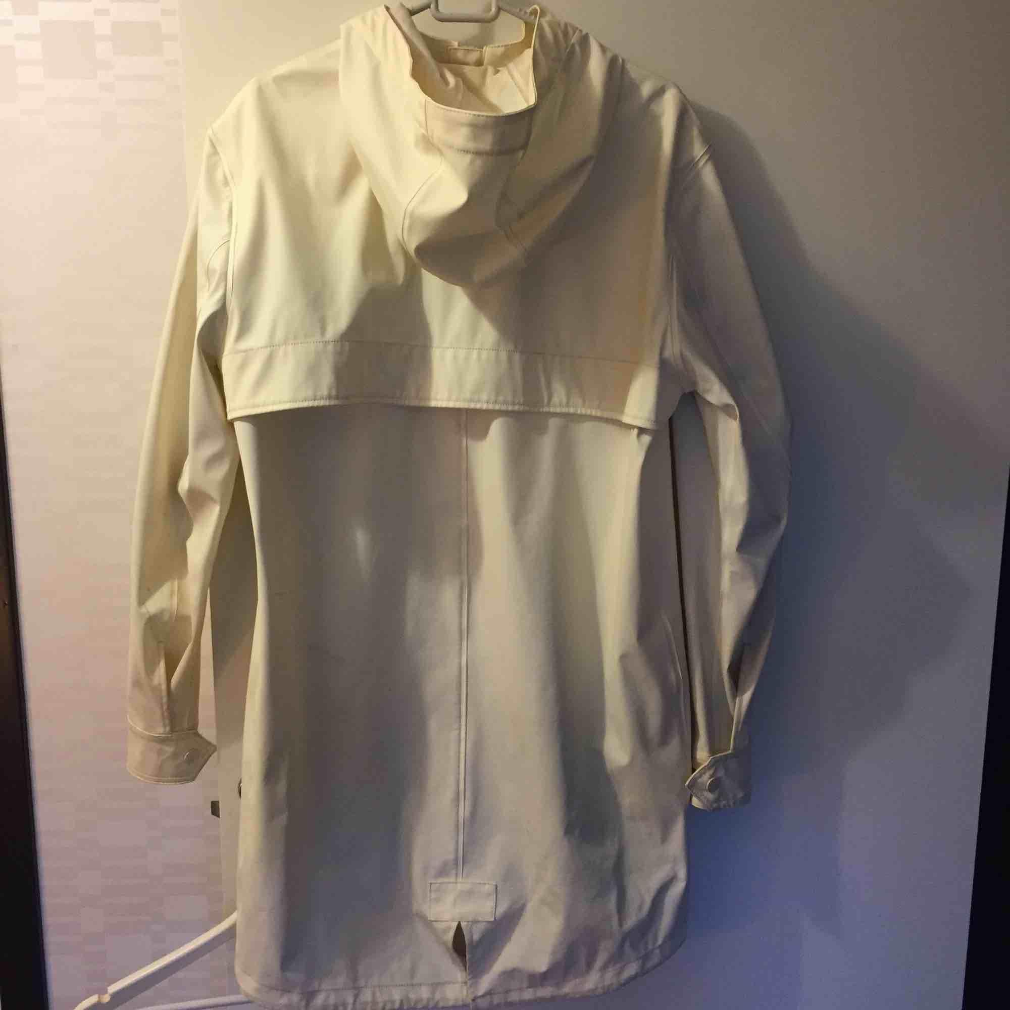 Cool regnrock köpt på Jack n Jones för ett par år sen! Välanvänd men fortfarande i gott skick, perfekt för en fashionkiller! . Jackor.