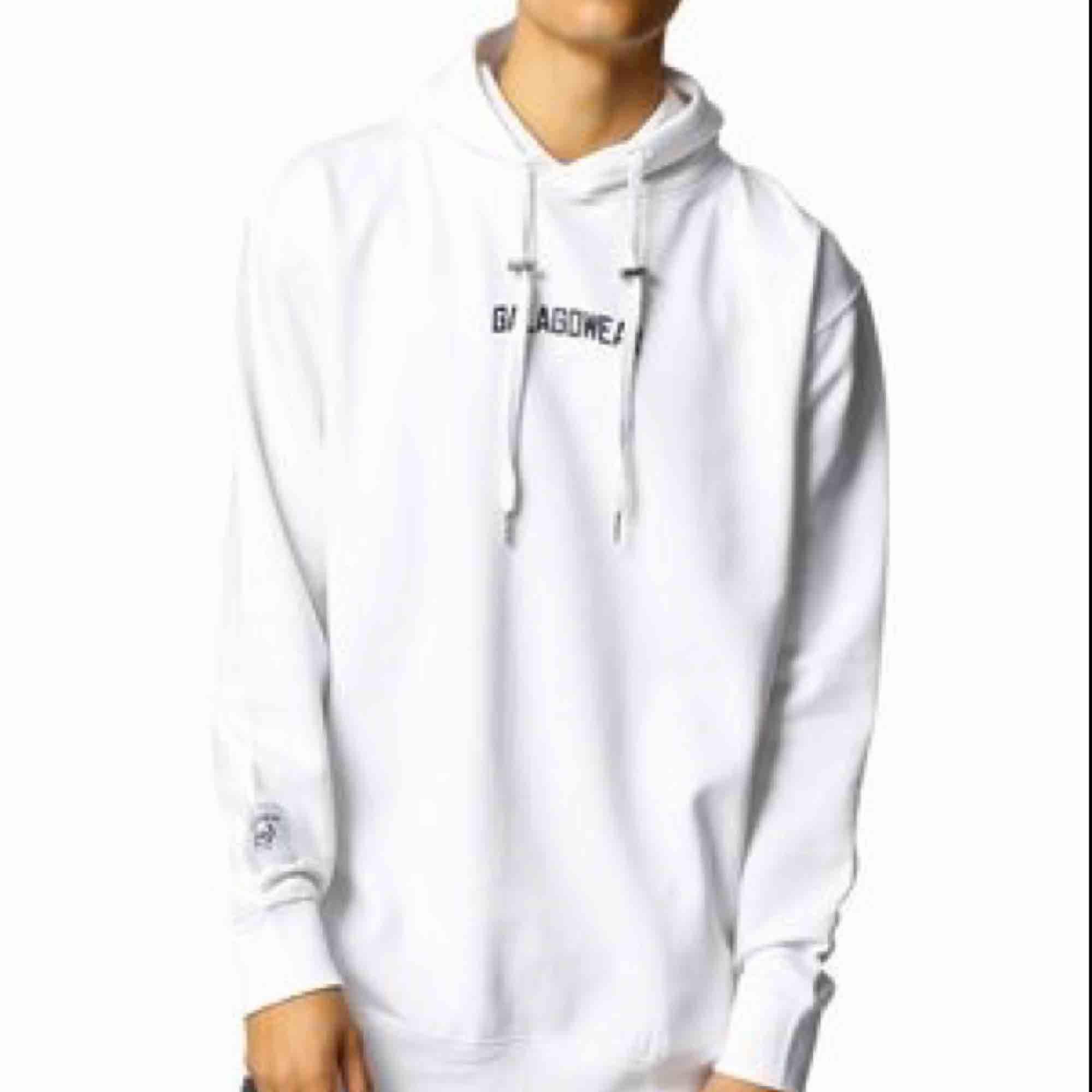 Nästan helt ny hoodie från Galagowear, köpt på Junkyard. Nypris kostade den runt 1000, minns ej exakt. Kan frakta men då står köparen för frakten, ca 60 kr. . Huvtröjor & Träningströjor.