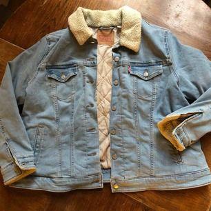 Fodrad jeansjacka från Levis i trevligt skick. Sotets om large xxl på lappen. Snygg ljus tvätt. Kan skickas mot fraktkostnad eller hämtas i Uppsala