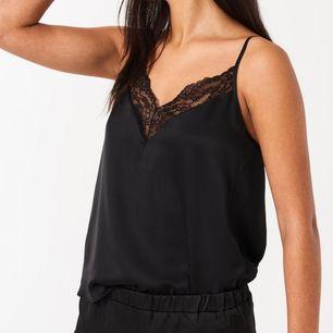 Svart silkes linne från Gina tricot i storlek XS, använt den en gång så den är i topp skick!