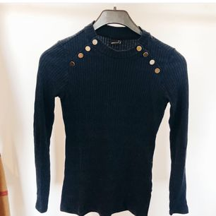 Inte min bild! Säljer exakt likadan tröja som på bilden i storlek XS från Gina tricot. Använd ett fåtal gånger.