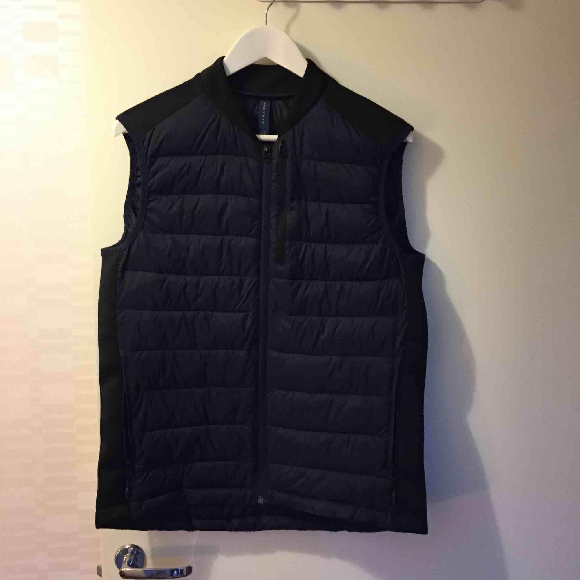 Väst köpt från Zara i Usa, nästan intill oanvänd, alltså i mycket gott skick. . Jackor.
