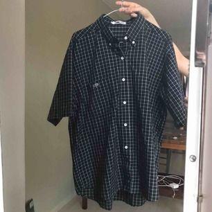 Supersnygg kortärmad skjorta från Lacoste! Står att den är XL i nacken, men tycker den är mindre än så! Jag har vanligtvis XS/S och den sitter snyggt oversize Mycket bra skick!