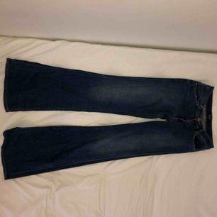 """Originalpris 1400kr Snygga mörkblå flare-jeans som jag dessvärre knappt använt. Passar antagligen både folk med 26, 27 och 28 i """"midjemåttet"""" eller vad man säger pga flexibelt tyg."""