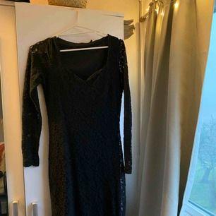 Söt svart kort spets klänning med v-ringning. Skit snygg