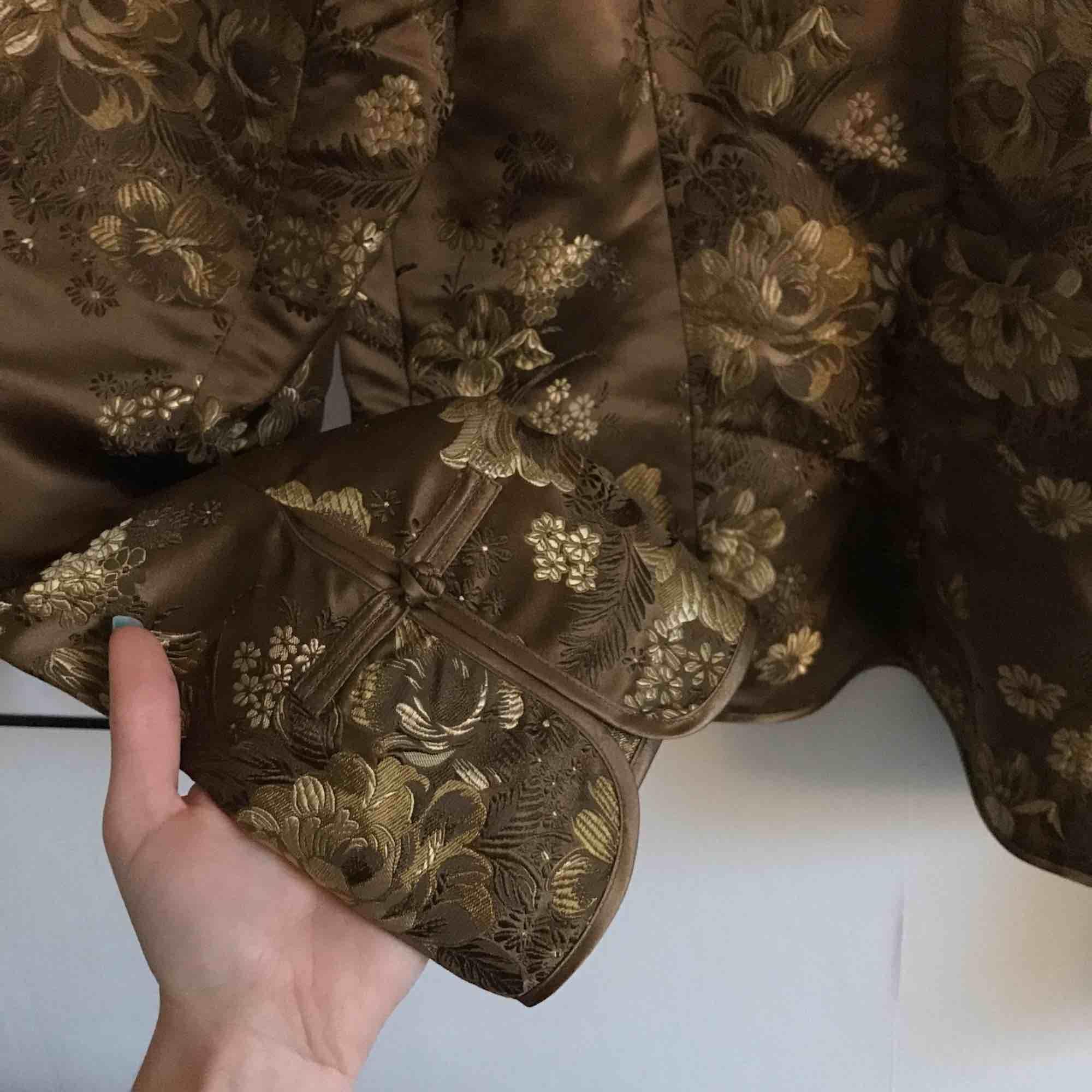 Kavaj i mycket fint skick! 78%viskos 22%silke. Stl 40, på bilden sitter den på en stl 36. +Frakt 40kr. Kostymer.