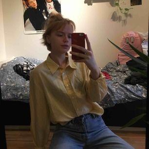 gul/vitrutig skjorta från typ 90 talets kappahl :) frakt 36kr