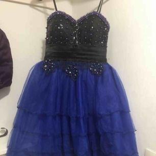 Fin skick  Ej använd endast testad  Storlek: S/M Färg på klänningen: svart och blå och detaljerad men pärlor