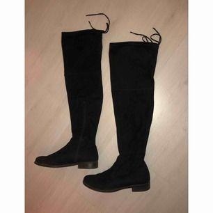 Over knee stövlar. Använda en säsong, storlek 39. Om skorna önskas skickas står köparen för frakten.